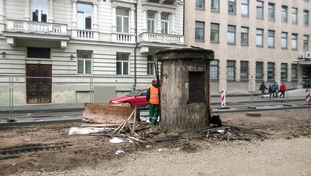 Darbininkai atranda įėjimą į bunkerį